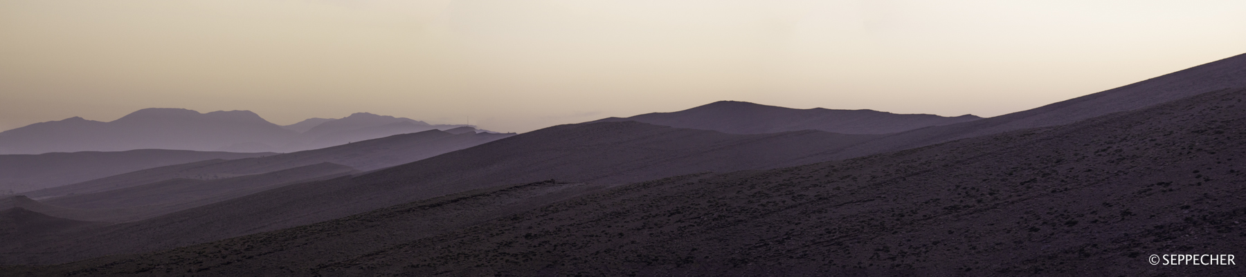Lueur du jour sur les premières montagnes.