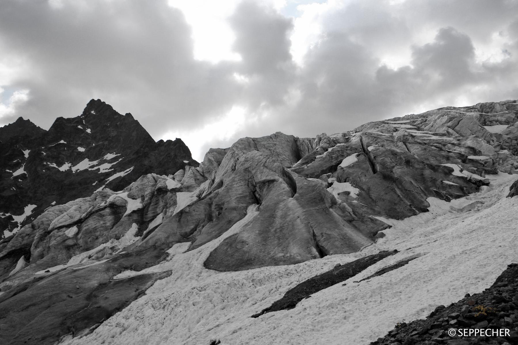 Le glacier noir et blanc.