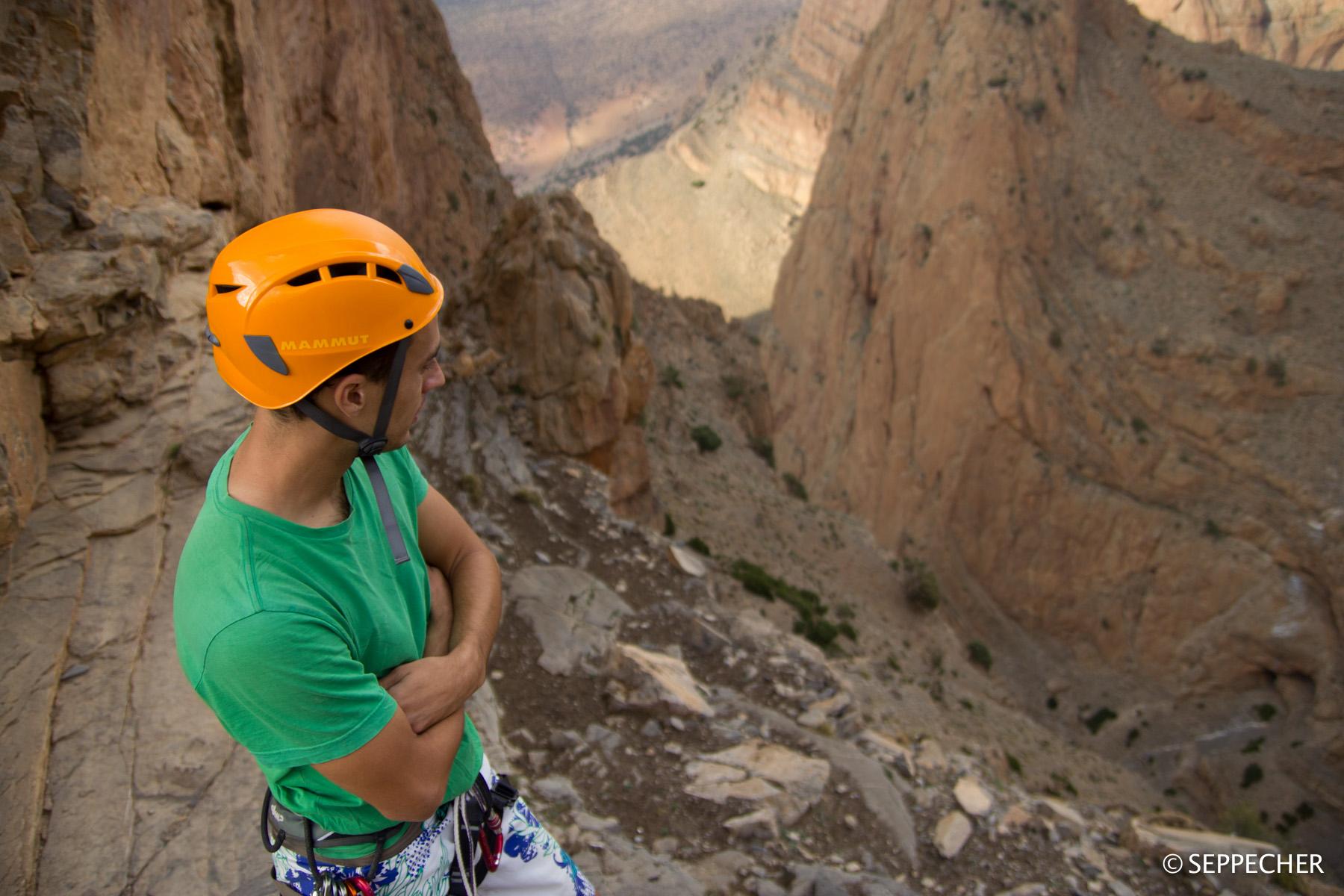 Jé dubitatif face aux biquettes qui bombardent le canyon de descente.